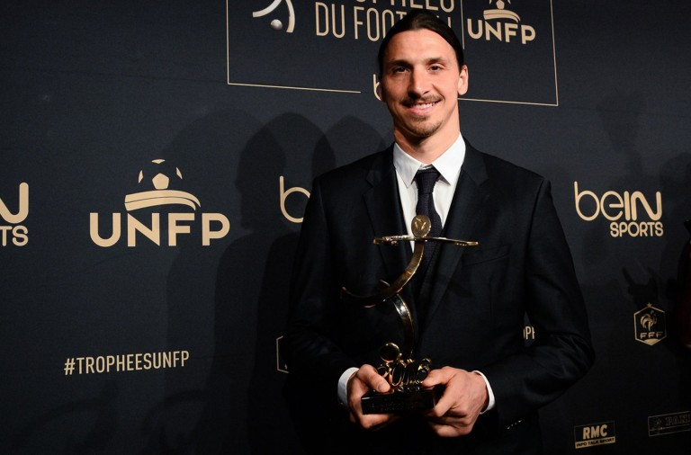 Zlatan-Ibrahimovic-receives-the-Ligue-1-best-players-award